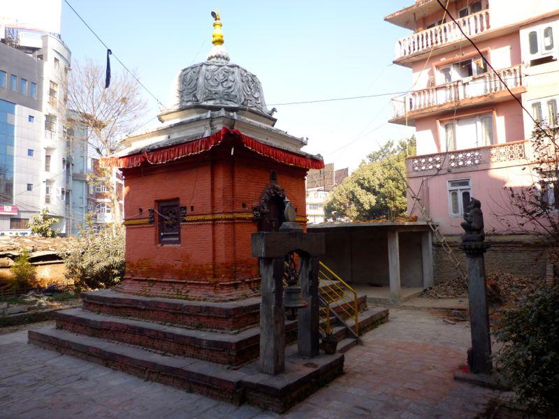 バクマティ川近くのクリシュナ寺院